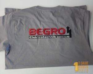 Bild mit T-Shirt Textildruck auf dem Rücken.